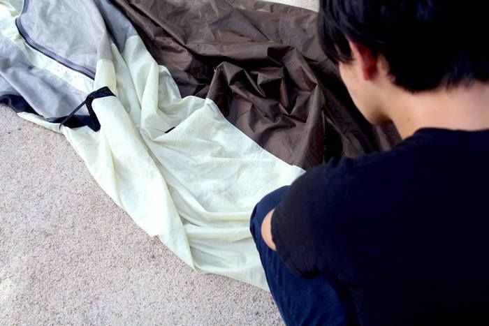 テントを見ている男性の写真