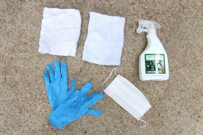 カビ除去スプレーや雑巾、ゴム手袋