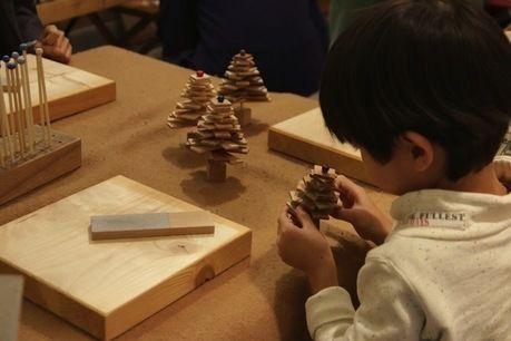 ミニクリスマスツリーを作る子ども