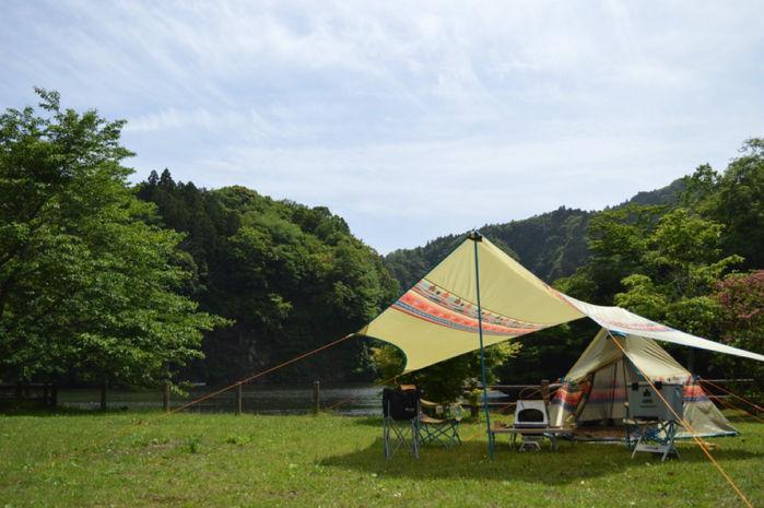 キャンプ場に張られたロゴスのテントとタープ