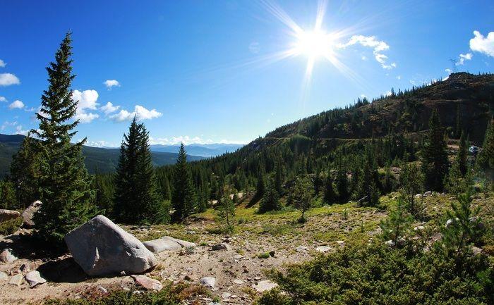 快晴の空に照らされた高原の写真