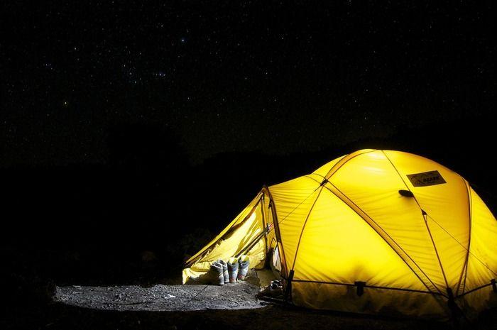 夜に光っているテントの写真