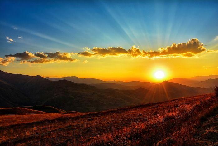 高原から見える夕日の写真