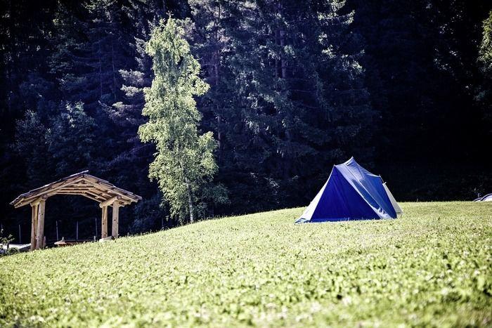 草原に貼ってあるテントの写真
