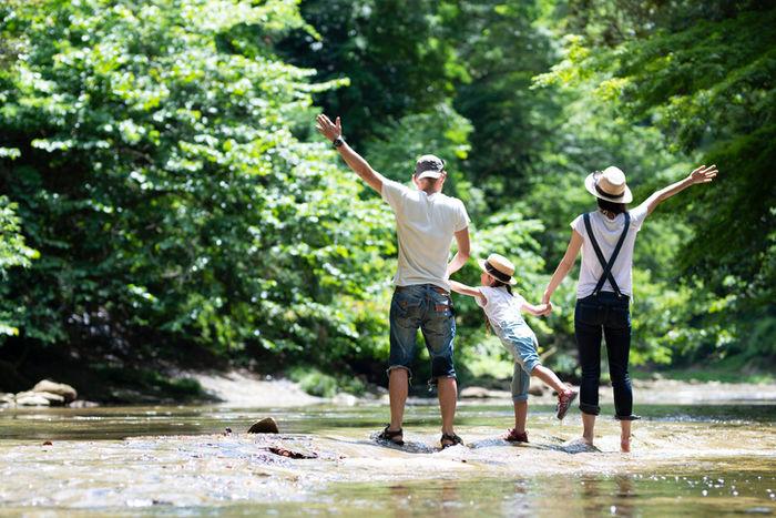 親子で川遊びを楽しむ様子