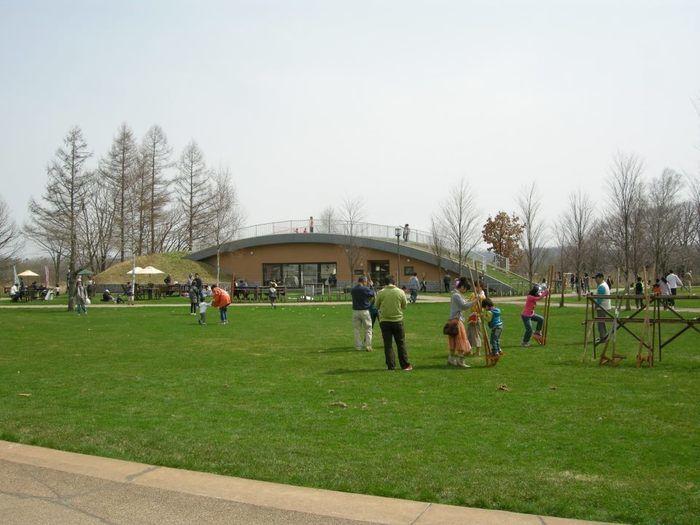 広場で遊んでいる人達の写真