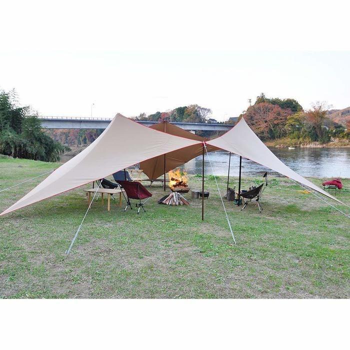 川沿いに貼ってあるテントの写真