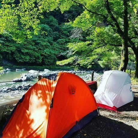 山の中にあるテントの写真