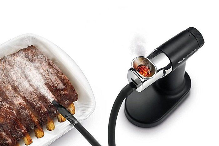 燻製器で肉を燻製している写真