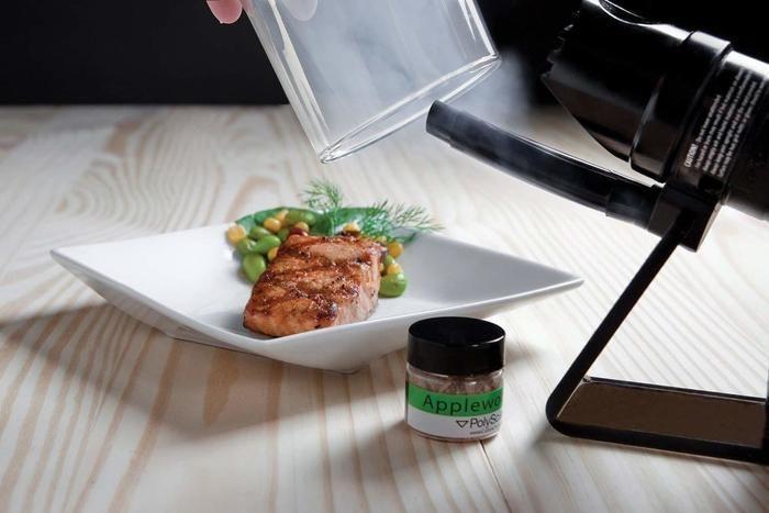燻製された肉が皿に乗ってる写真