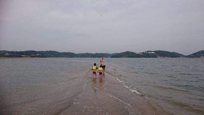 サンビーチ前島の海で遊んでいる親子の写真