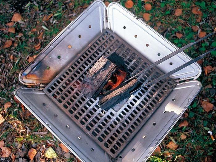 焚き火台に敷かれる炭床