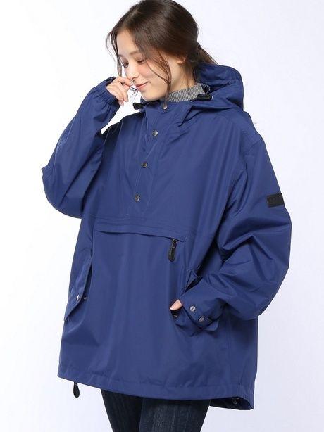 プルオーバージャケットを着た女性の写真