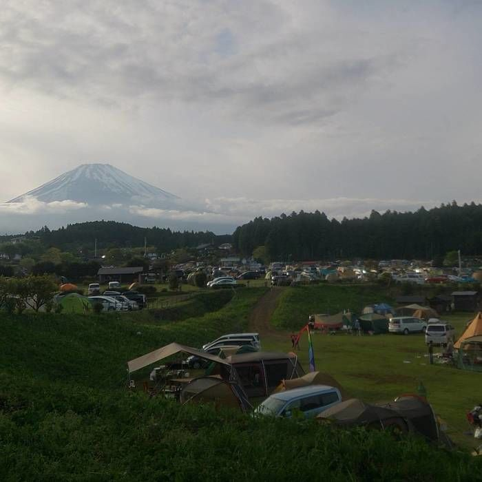 駐車場越しに富士山が見える写真