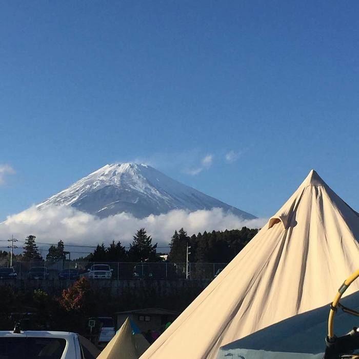 テント越しの富士山の写真