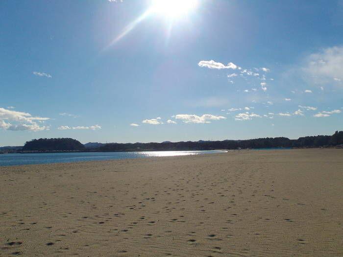 砂浜を照らしている太陽の写真