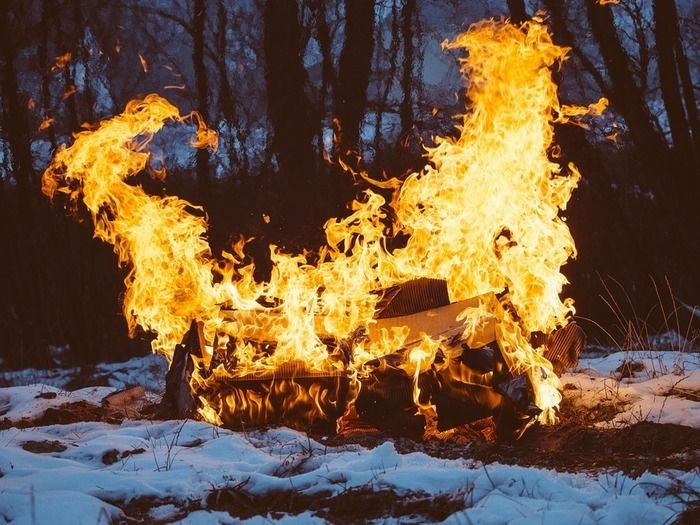 雪の中で燃える焚き火