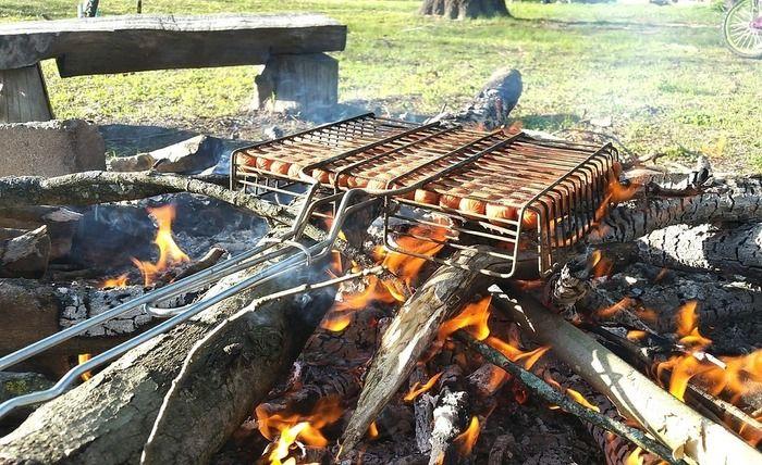 焚き火の上で調理する様子