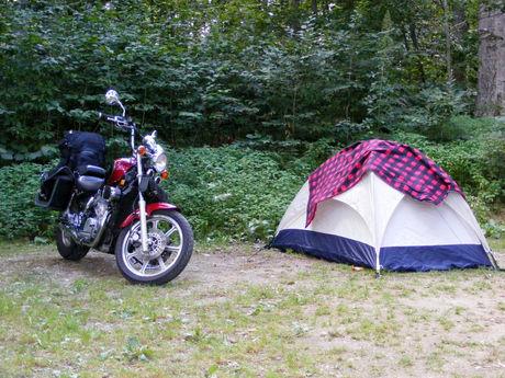 バイクが止まっている横に貼ってあるテントの写真