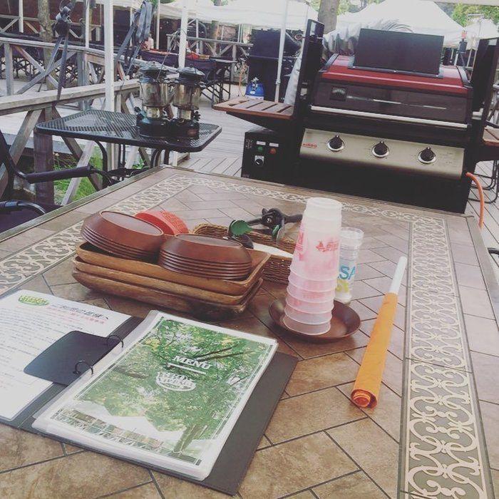 バーベキューテラス席のテーブルの写真