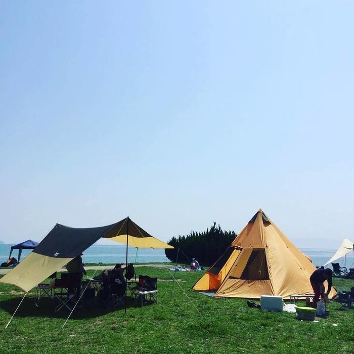 テントとタープが立っている写真