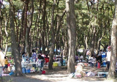 上大島キャンプ場でバーベキューをしている人たちの写真
