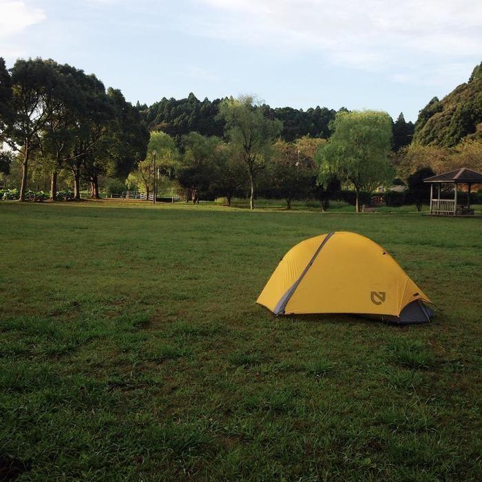 公園にテントがたっている写真