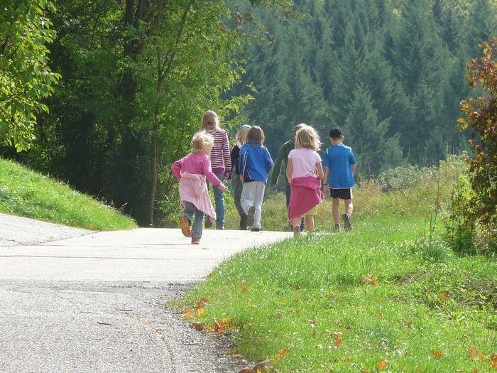 歩いている子供達の写真