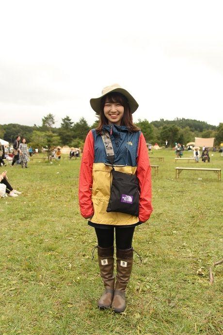 カラフルなジャケットを着た女性の全身コーデ
