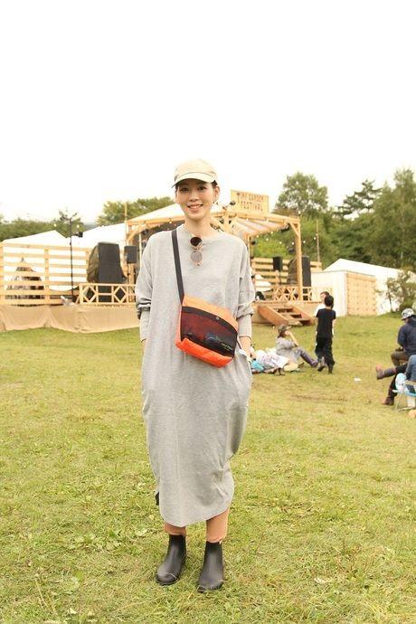 スウェットワンピースを着た女性の写真