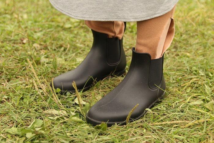 女性の履いているサイドゴアブーツの写真