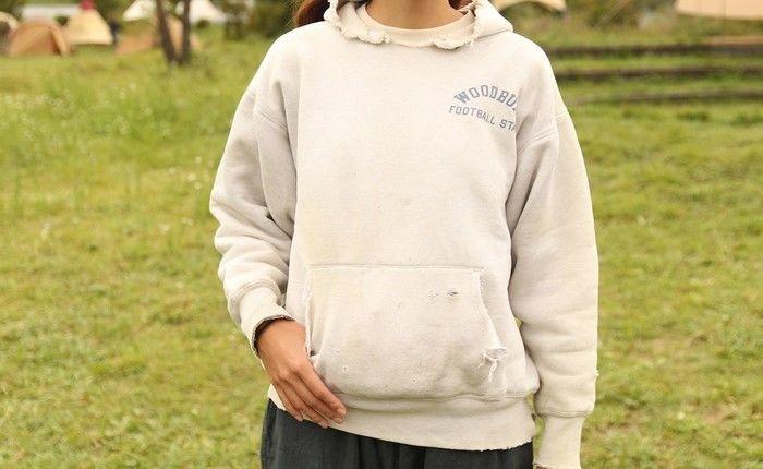 ヴィンテージパーカーを着ている女性の写真