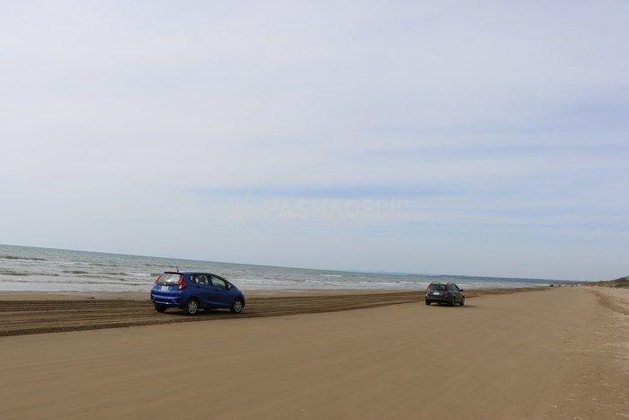 砂浜を走っている車の写真