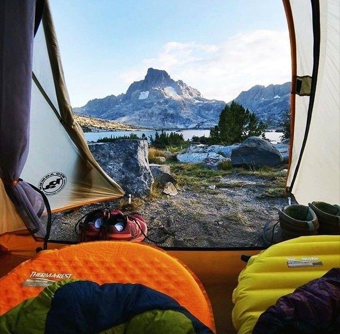 テントの中で寝袋に包まって寝ている様子