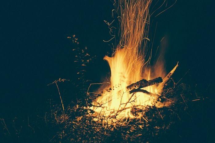 キャンプファイヤーでの焚き火の様子