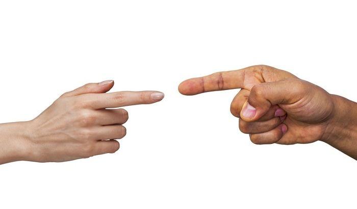 人差し指でゆび指している手の写真
