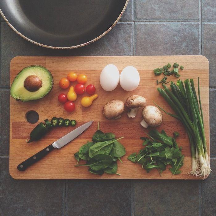 まな板に食材が乗っている写真