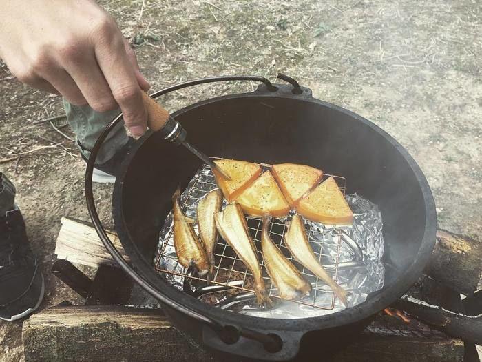 ダッチオーブンで燻製を作っている写真