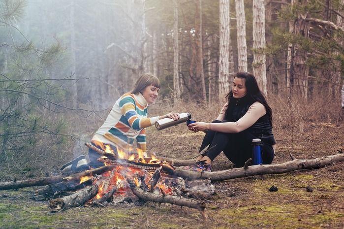 焚き火をしながらくつろいでいる女性の写真