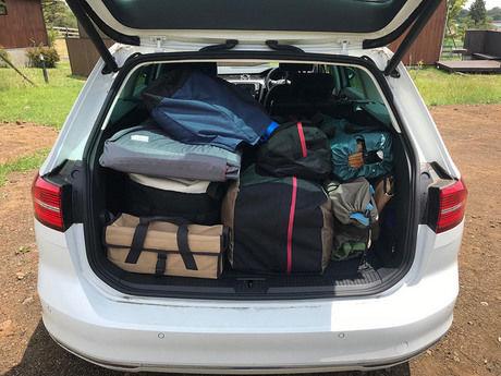 車に積載されたキャンプ用品