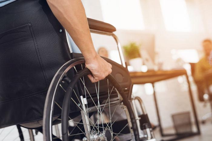 車椅子を乗った人の写真