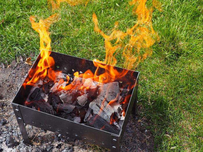 バーベキューコンロで火を起こしている写真