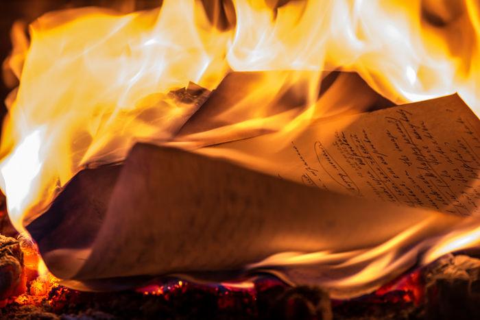 新聞紙で火を起こしている写真