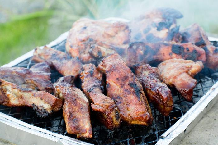 BBQで焼かれている肉