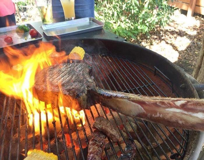 骨付き肉のバーベキュー