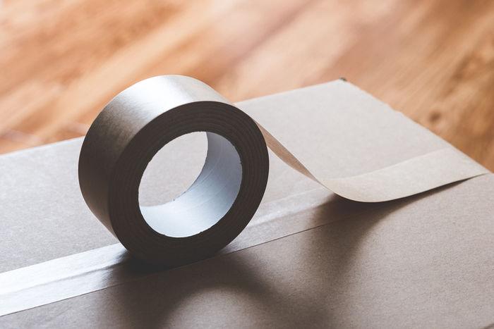 ダンボールにガムテープを貼っている写真