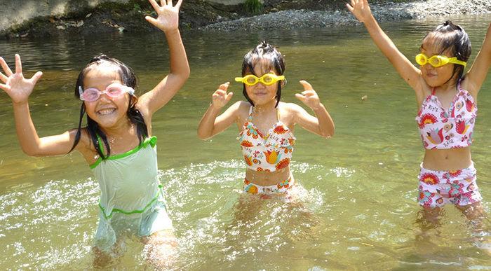 子どもの水遊びの様子