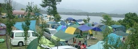 桧原西湖畔オートキャンプ場のテントサイトにテントが貼ってある写真