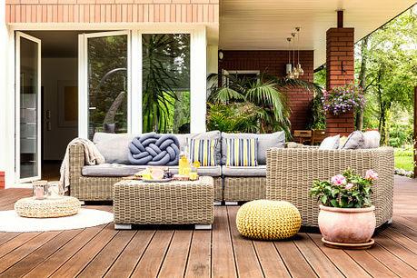 おしゃれな家具が置かれたアウトドアリビングの写真