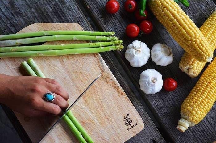 まな板の上で野菜を切っている時の写真